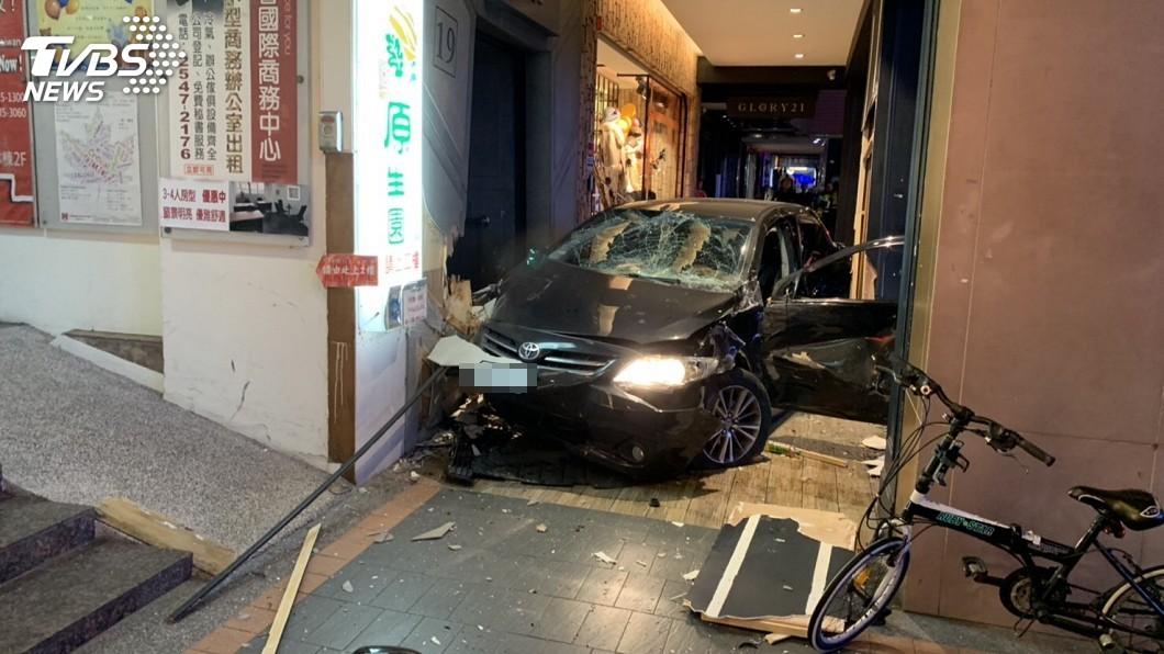 11日晚間發生轎車競速失控,衝撞騎樓釀三死意外。圖/TVBS