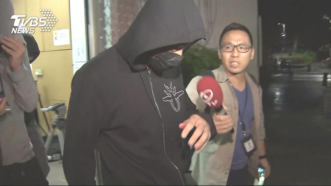 黃男做完筆錄後步出警局。圖/TVBS 屁孩競速釀3死!保全家屬難忍悲痛阻拍攝