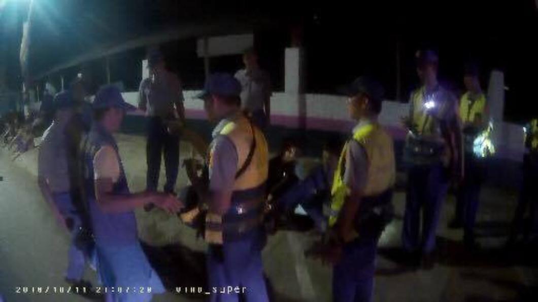 警方快打部隊控制現場局勢。翻攝自/雲林縣警察局 - 北港分局 女友和別人吵架!男揪友帶槍談判 反被50少年圍毆