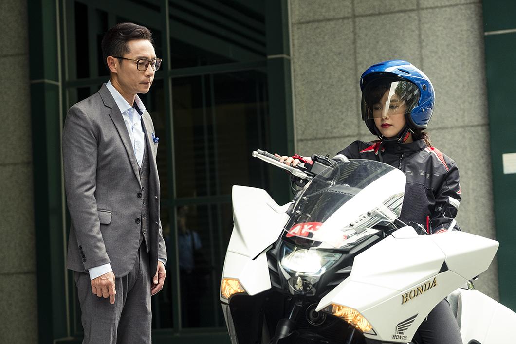 大元(右)在劇中愛騎重機趴趴走,讓「爸爸」謝祖武(左)很不開心。圖/TVBS 大元騎重機內心煎熬 難忘車禍穿骨噴血之痛