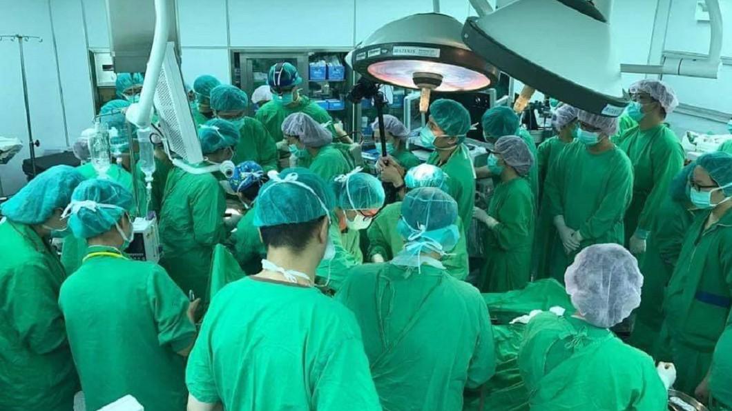 圖/翻攝自施景中醫師臉書 擠爆手術室仍救不回難產嬰 他嘆40醫護「做志工」