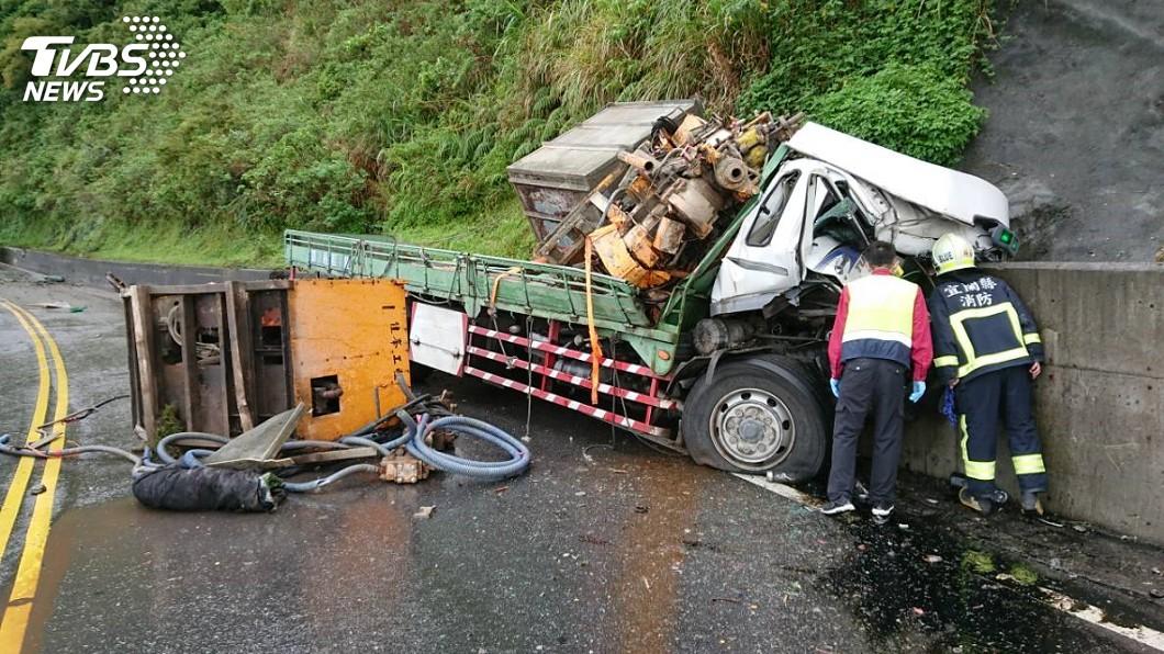 圖/TVBS 貨車自撞山壁!駕駛遭夾擊卡車內 蘇花雙向中斷