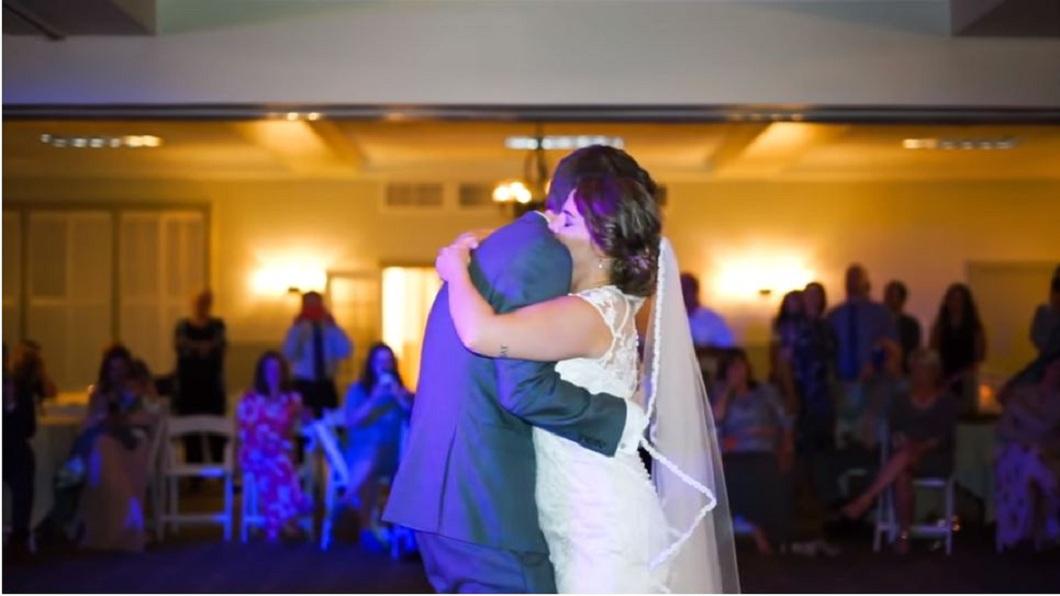 5位胞兄給妹妹一個驚喜,在音樂上剪進父親生前與妹妹對話的聲音,讓新娘當場淚崩。(圖/翻攝自YouTube)