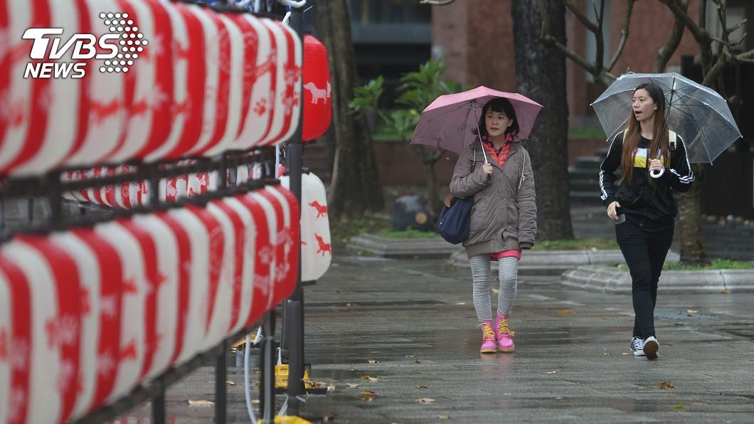 圖/中央社 東北風+華南水氣「夾殺」北台灣 未來一週先濕後乾