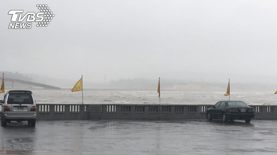 圖/TVBS 新北貢寮練習風浪板 3人遭浪捲走