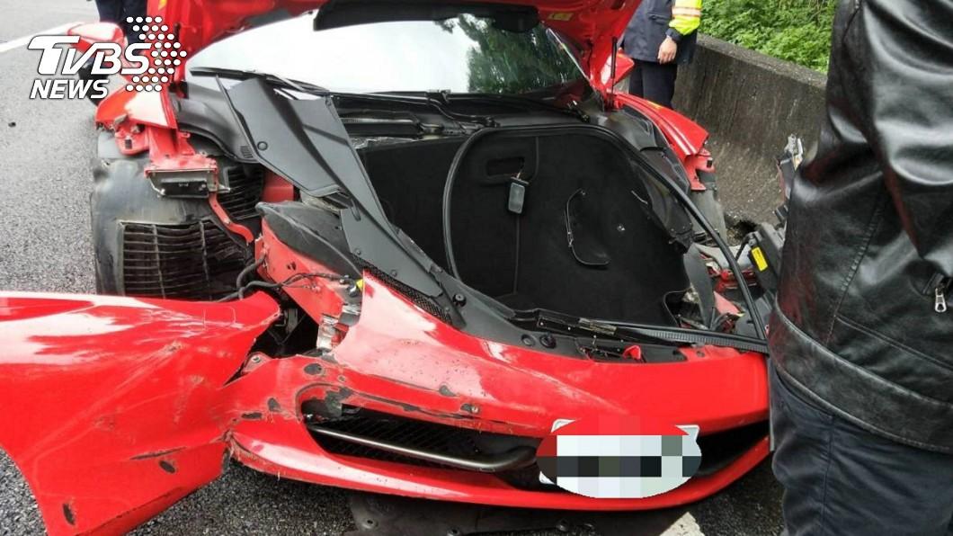 車頭撞爛的法拉利458 Italia。圖/TVBS 天雨路滑!法拉利失控撞護欄 估維修費可買BMW
