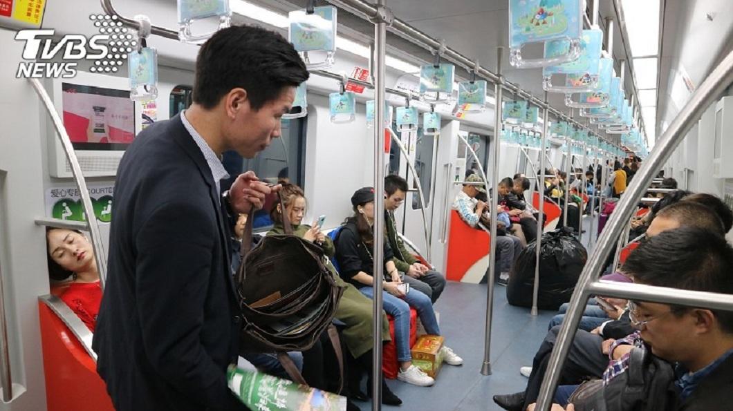 西安一名女大生因不滿女乘客沒讓座給她尿毒症的母親,害母親隔天不幸死亡。(示意圖/中央社,TVBS) 母搭地鐵隔日尿毒症病逝 女怪乘客未讓座求償22萬