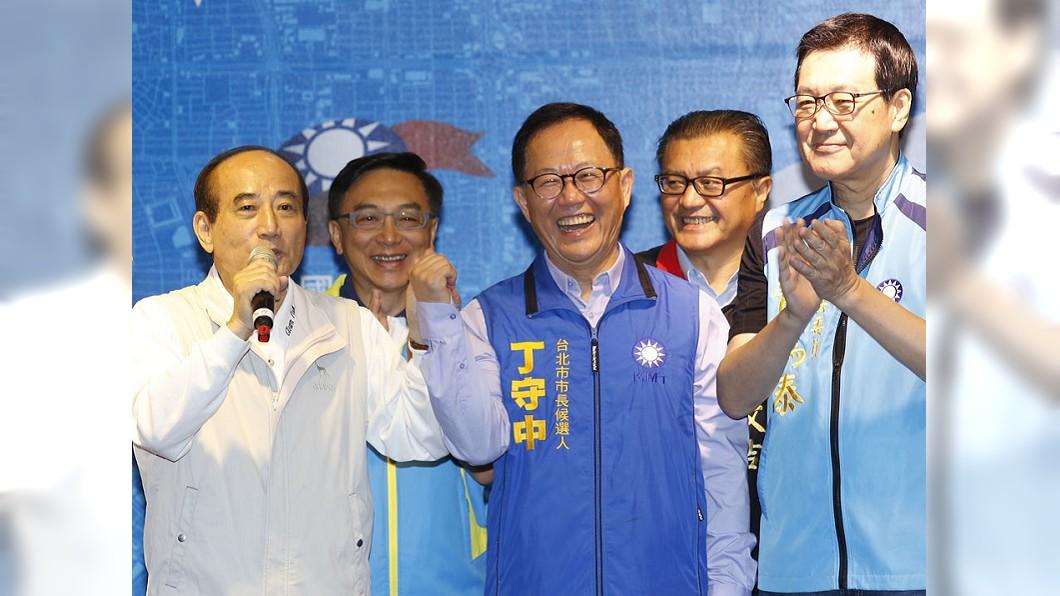 黨中央窮哈哈,國民黨候選人要錢得靠王金平(左一)。圖/新新聞 【新新聞】黨產凍結後選戰 藍怕窮、綠怕窮到只剩下錢