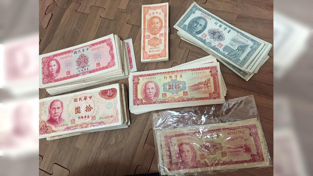 這些紙鈔不僅數量多,而且都沒有摺痕,保存的相當完整。(圖/翻攝自爆廢公社)