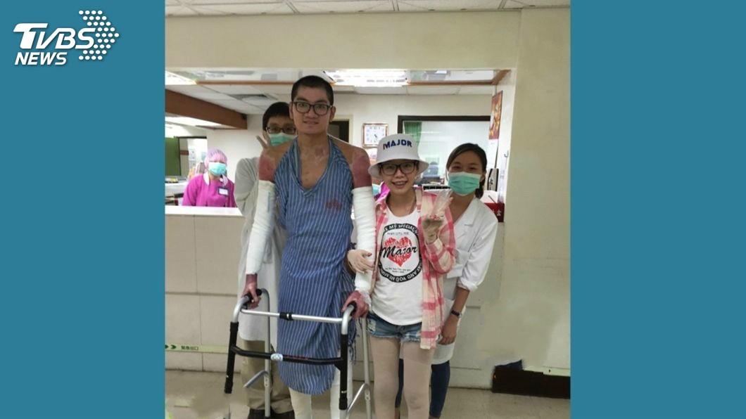 黃詩謹(前右)出院不久,立即梳妝前往探視仍住院的藍天龍(前左)。圖/藍天龍提供