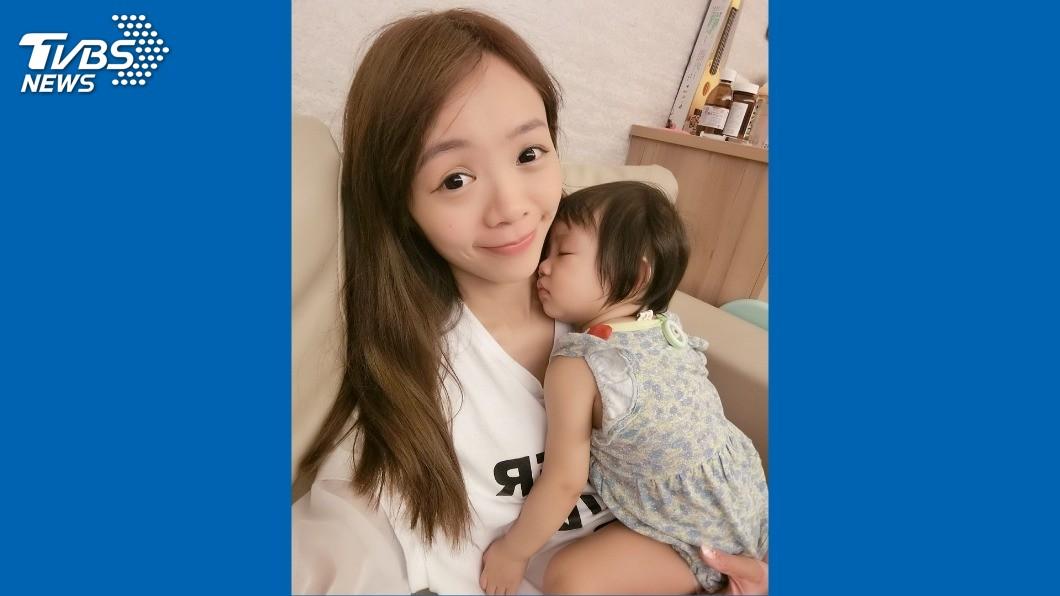 新手媽媽黃詩謹,有時為照顧女兒安睡,連續拍撫到患上「媽媽手」。圖/藍天龍提供