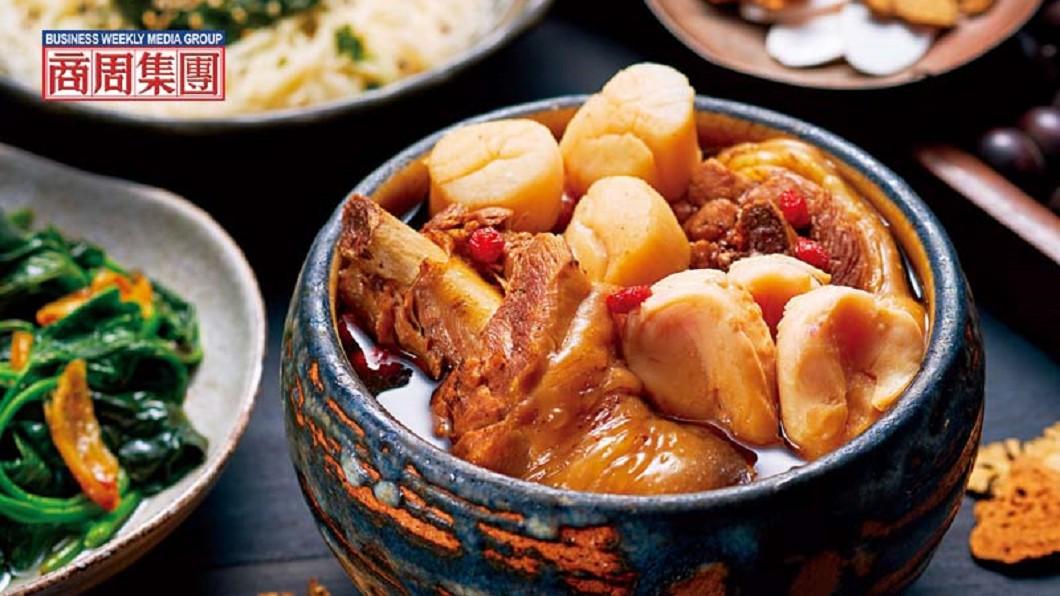 肥嫩的仿土雞腿、北海道生食等級的干貝與小顆原鮑粒,配上十全湯底,把山海滋味全部匯聚在這一盅湯裡。圖/商周 【商周】秋冬養氣溫補