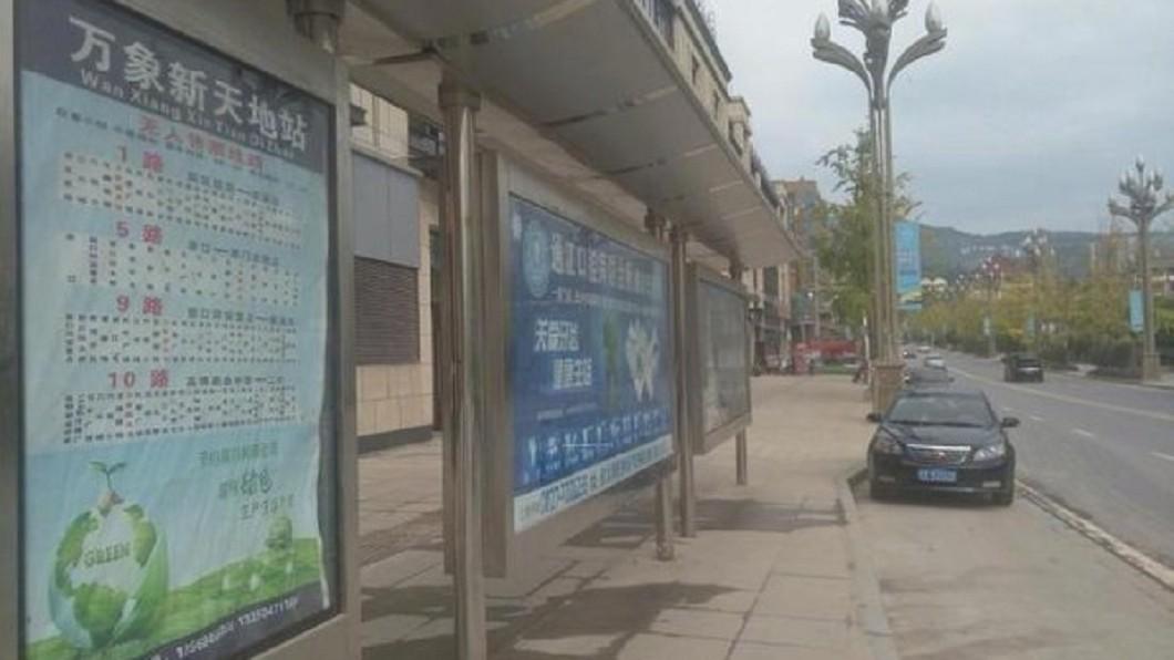 胡男走一公里才到達真正的公車站牌。圖/翻攝微博