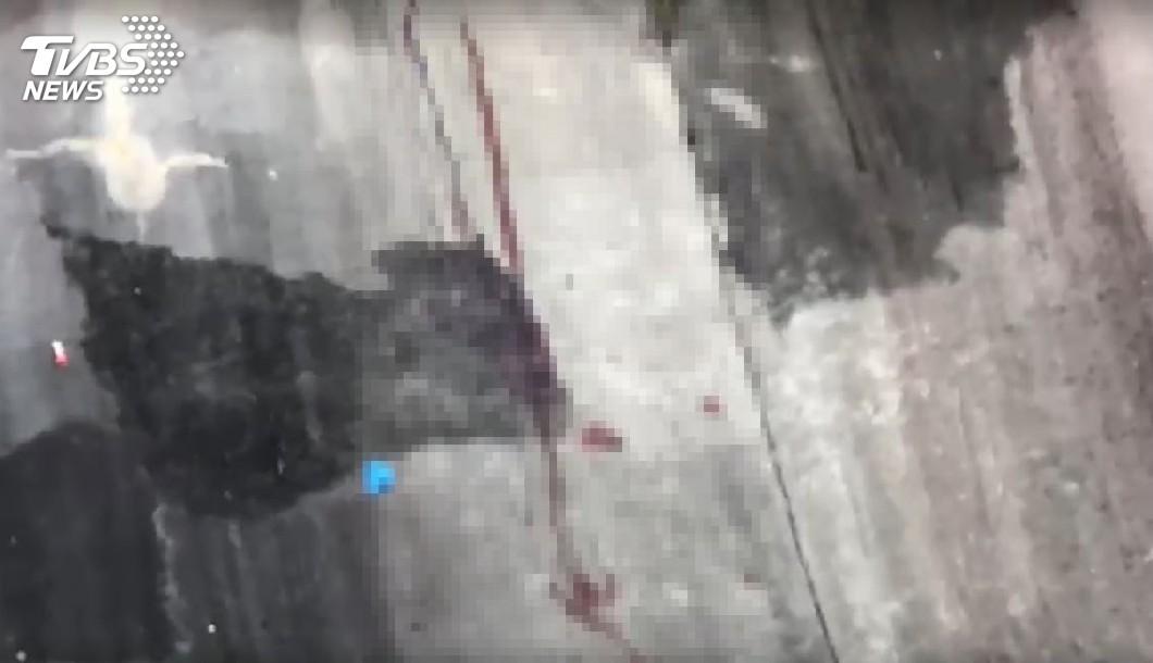 坡面有約一公尺長的血痕。圖/TVBS