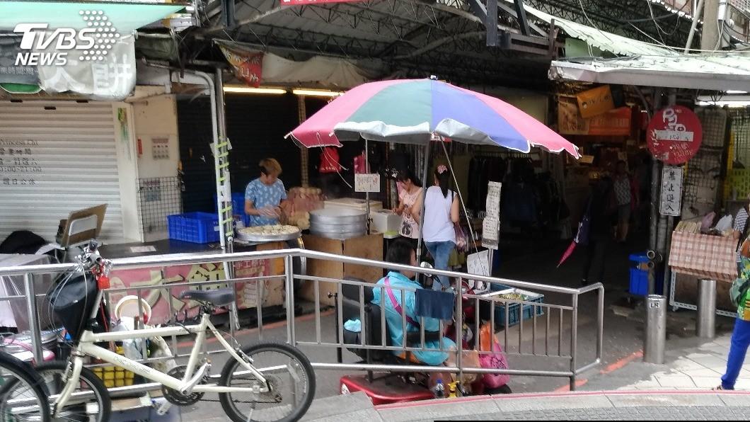 街頭常見身障人士販賣口香糖、玉蘭花,王鼎嘉認為,創傷家庭父母運用得宜,可以藉機教導小孩自小培養出同理心。圖/TVBS