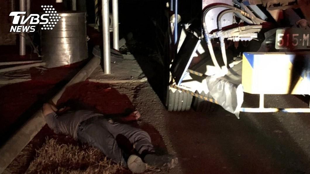 1名開吊臂車工人,操作吊臂時,不慎碰觸高壓電線,當場電擊死亡。圖/TVBS