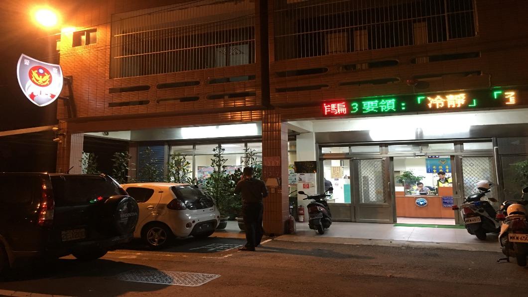 圖/中央社 桃園逆子殺母「斷頭丟12樓」 民眾圍警局:要教訓他!