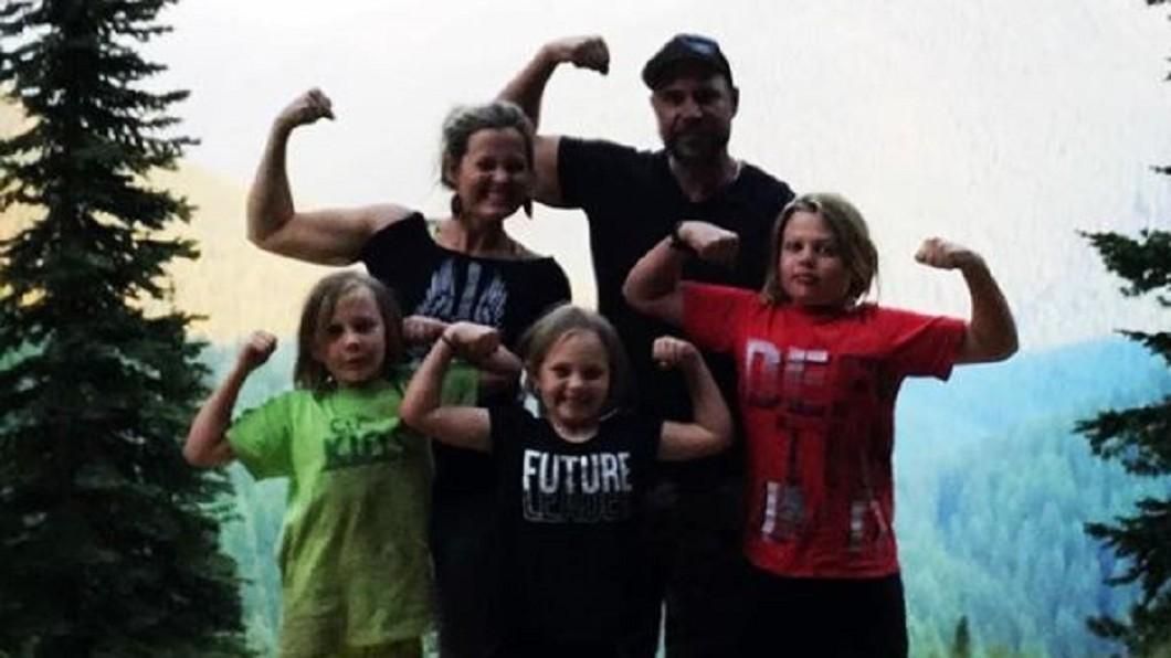 成功減重的彼得森,開心地跟家人們一起爬山。圖/翻攝自Jeremiah Peterson Instagram