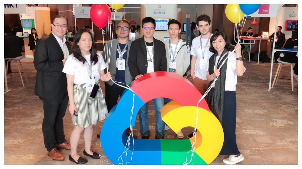 萬里雲劉永信(左四)為Google在北亞各大公司客戶開發包括語音、人臉辨視、內容推薦系統、預測分析和智慧交易等;其中「日誌分析平台」,能從平台每天都能紀錄追蹤媒體電商遊戲及影音串流等平台及APP使用者路徑的軌跡,全程自動化傳輸、AI處理,透過大數據分析擷取的資料,最後還能以視覺化的數據圖表呈現。   圖/劉永信臉書