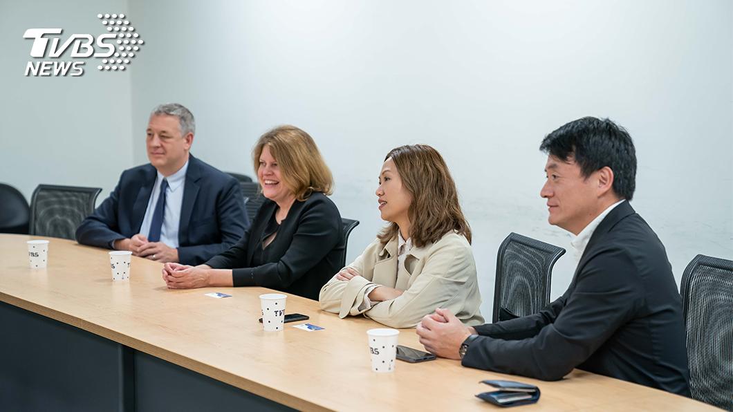 (左起)美聯社亞太區新聞總監Adam Schreck、高級副總裁兼總編輯Sally Buzbee、亞洲區域行政官張玉如、資深製作人賴魯慈