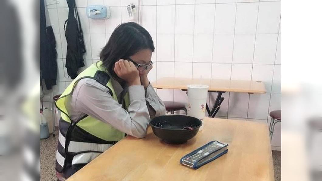 圖/翻攝自臉書「爆怨公社」 女警睡姿引熱議 一張圖道盡「人民保母」辛酸