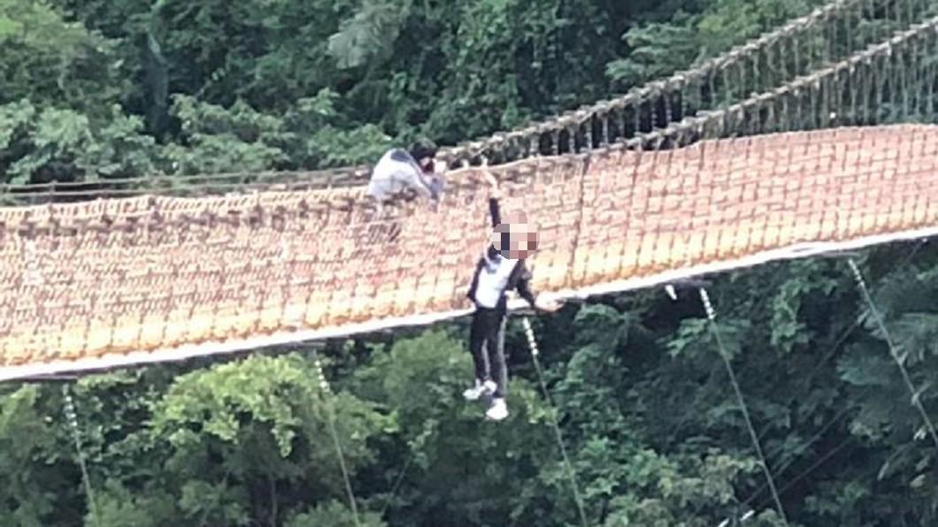 圖/爆料公社 屁孩單手吊掛內灣吊橋拍照 網轟:生命當兒戲