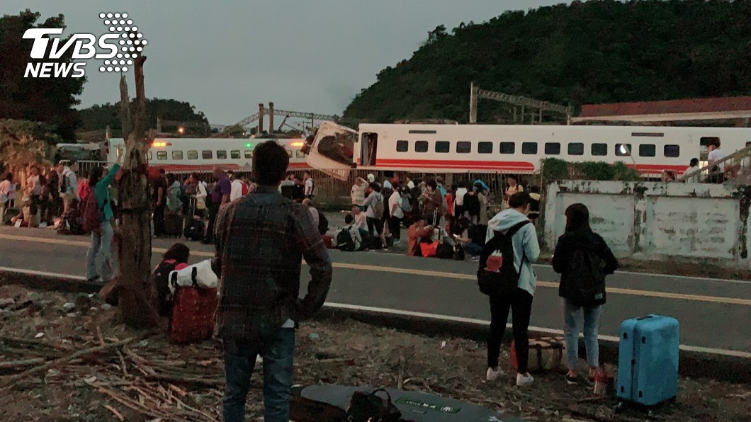 數百乘客提著行李在路邊等待接駁車。圖/TVBS