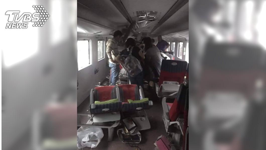 撞擊力強大到連椅子都脫離車廂地板。圖/TVBS