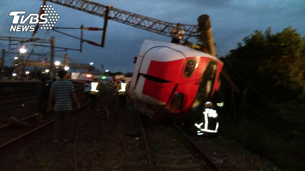 救援者爬上翻覆的列車查看。圖/TVBS