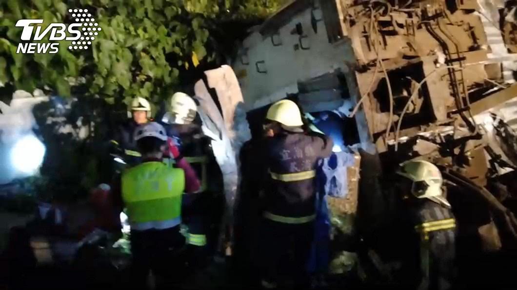 警消人員第一時間趕到搶救受困者。圖/TVBS
