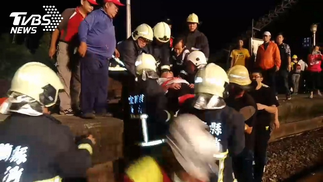 警消與民眾協力幫忙搬運傷者。圖/TVBS