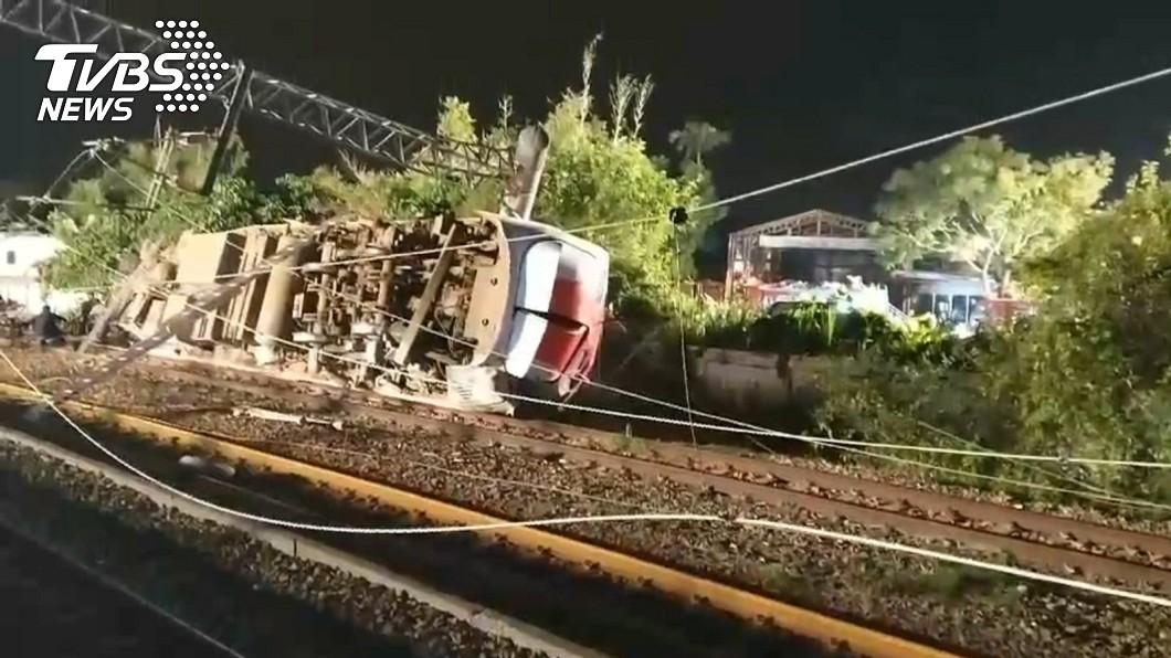 普悠瑪意外造成沿線的電氣設備連帶受損。圖/TVBS