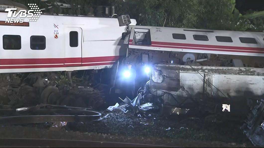 圖/TVBS 乘客四肢盡斷慘死 消防員:越靠普悠瑪車頭越安靜