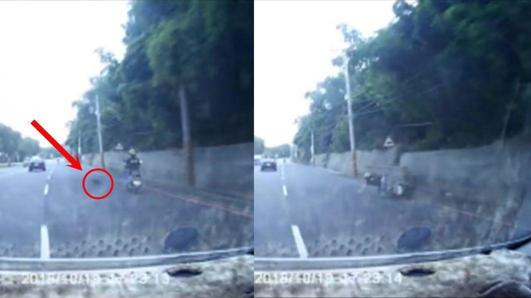 騎士被猴子撞擊摔車瞬間。圖/翻攝自爆料公社