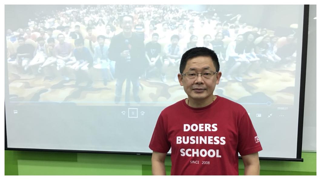 從一名大學未畢業的退學生,到重回東吳執教;實踐家創辦人林偉賢從原本一無所有,到開創年收入逾30億的教育集團,結交華人世界無數一流企業家,20年的創業人生,讓屢屢締造業界驚奇。    圖/TVBS