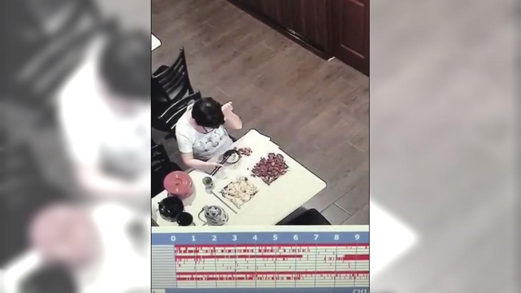 一名女奧客自拔頭髮放了餐點內,事後再向店家要求賠償。(圖/翻攝自中國禁聞網) 女奧客要求賠償 監視器拍到「她自拔頭髮」打臉