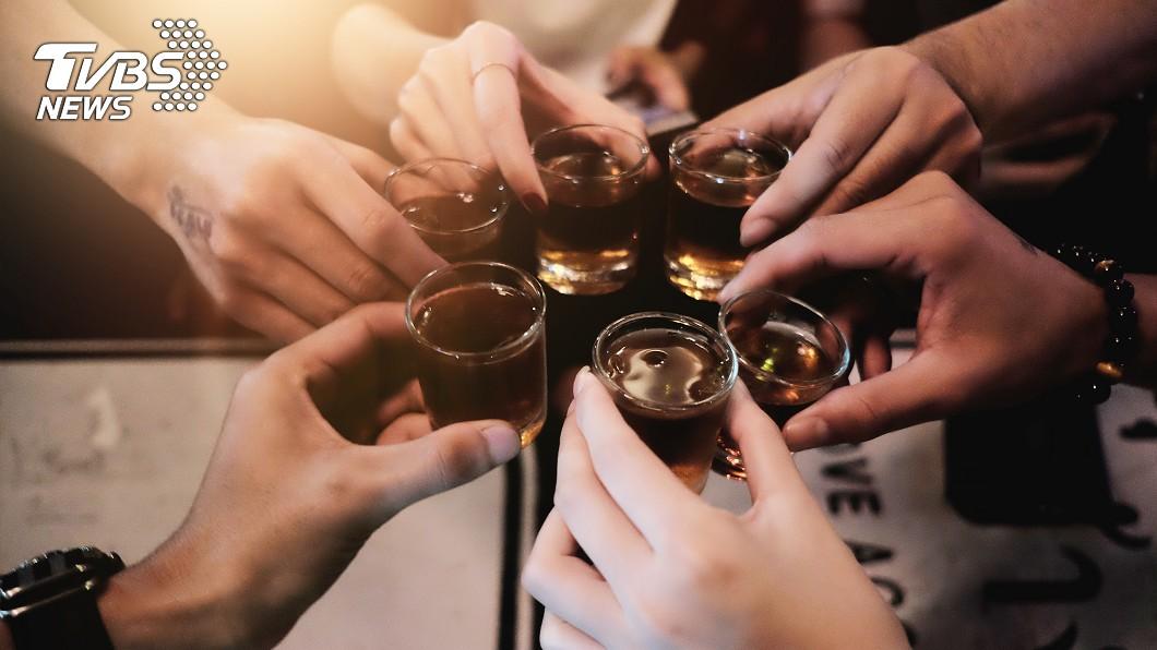 大學學長姐舉辦迎新派對,點了100杯shot,企圖灌醉新生。示意圖/TVBS 玩過頭?大學迎新擺陣百杯shot 新生狂喝倒地亡