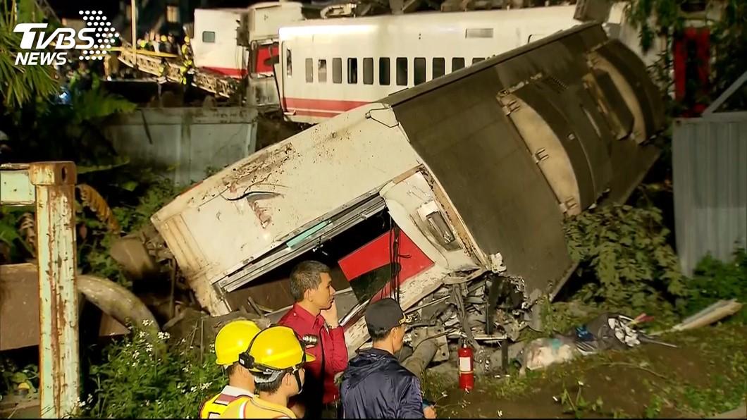 普悠瑪號發生翻覆意外,駕駛的尤姓司機已經接受檢方偵訊,訊後諭令50萬元交保。(圖/TVBS) 她揭台鐵潛規則 「調度員下指令司機扛責」