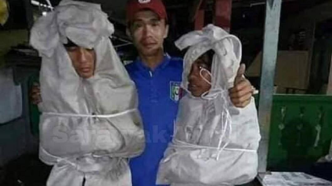 圖/翻攝自臉書「Sarawak Viral」 屁孩扮白衣猛鬼嚇鄰居 村民氣瘋逮人「逼睡墳墓」給教訓