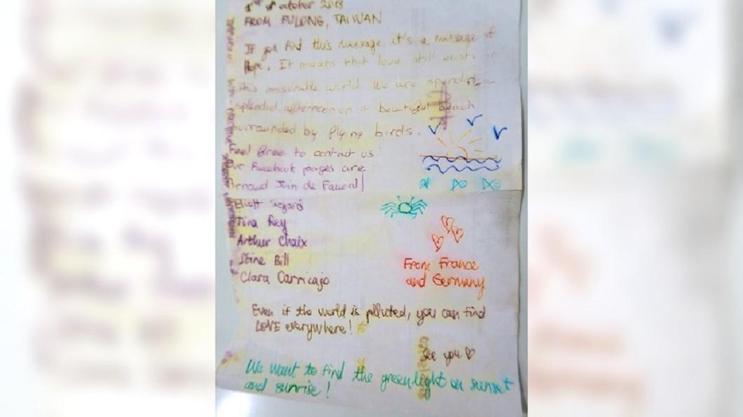 志工拿出瓶中的信後,發現該瓶中信的目的是在傳播愛。圖/翻攝自動手愛台灣臉書