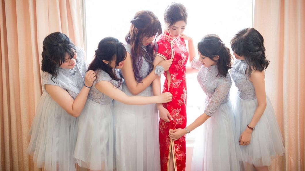 網路上流傳一組新娘與伴娘團的照片,個個顏值高身材火辣,引發網友熱烈討論。(圖/婚攝Mike授權提供,請勿隨意翻拍,以免侵權) 偕5伴娘拍攝火辣照 新娘:留住最美的一刻