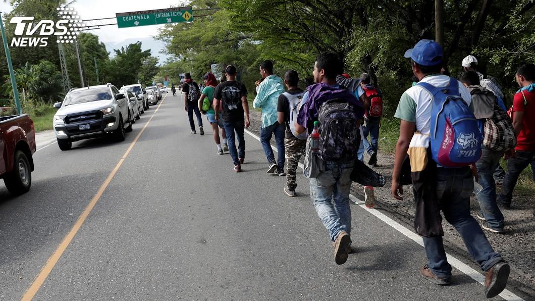 圖/達志影像路透社 移民為逃離貧困走到腳流血… 童哭喊:媽咪我不想走了