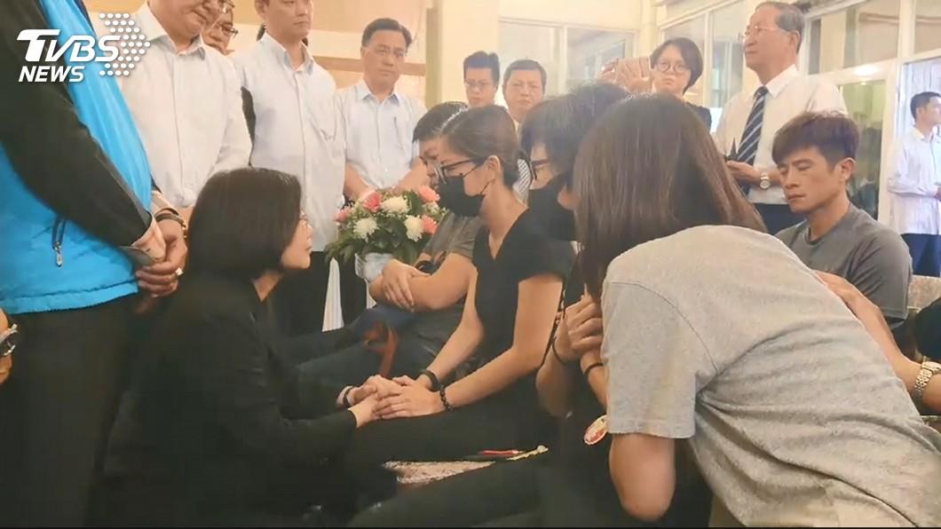 總統蔡英文赴台東殯儀館慰問家屬。圖/TVBS