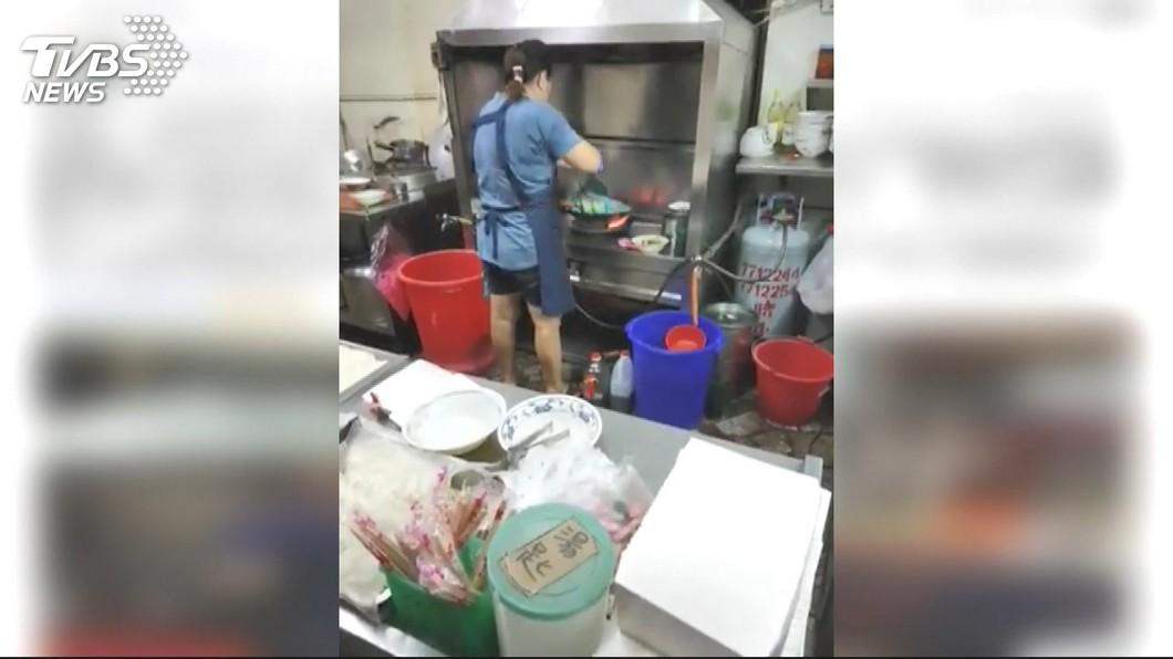 高雄知名羊肉店老闆娘被人目擊拿尼龍袋裝著米粉下鍋煮,她落淚坦承自己做錯了。(圖/TVBS) 米粉裝尼龍袋下鍋煮 老闆娘被罰3萬認了哭求:原諒我