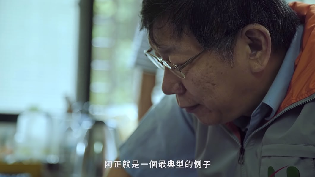 圖/翻攝自 YouTube 「貧窮是最嚴重的疾病」 柯文哲親訪病患影片惹哭網友