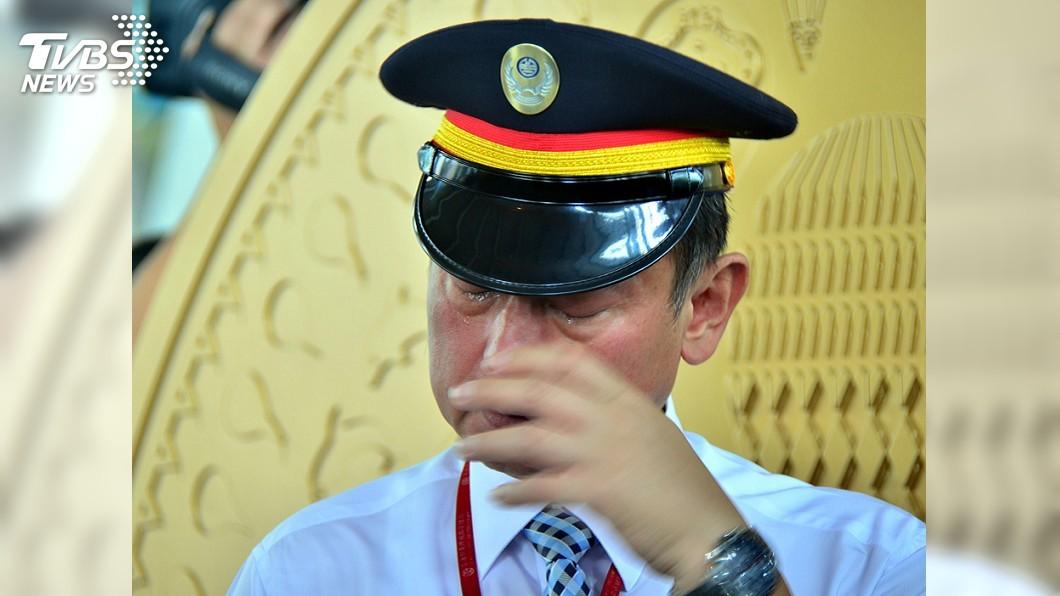 圖/中央社 普悠瑪事故台東站長淚不止 兒子心疼:您辛苦了