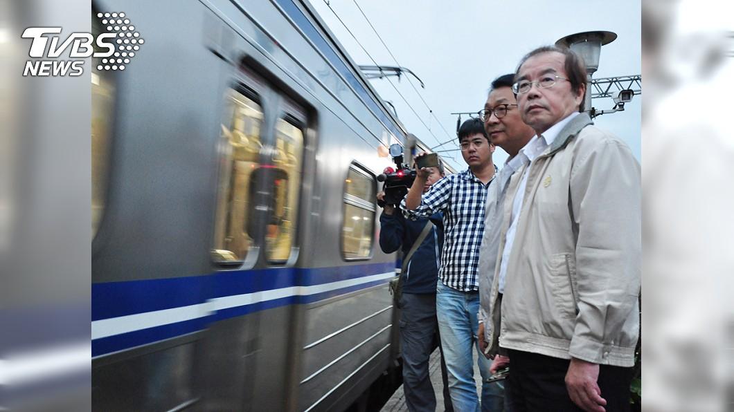 台鐵局長鹿潔身(右)請辭獲准。/中央社 T怪客踢新聞/鐵路局高幹蠢爆了