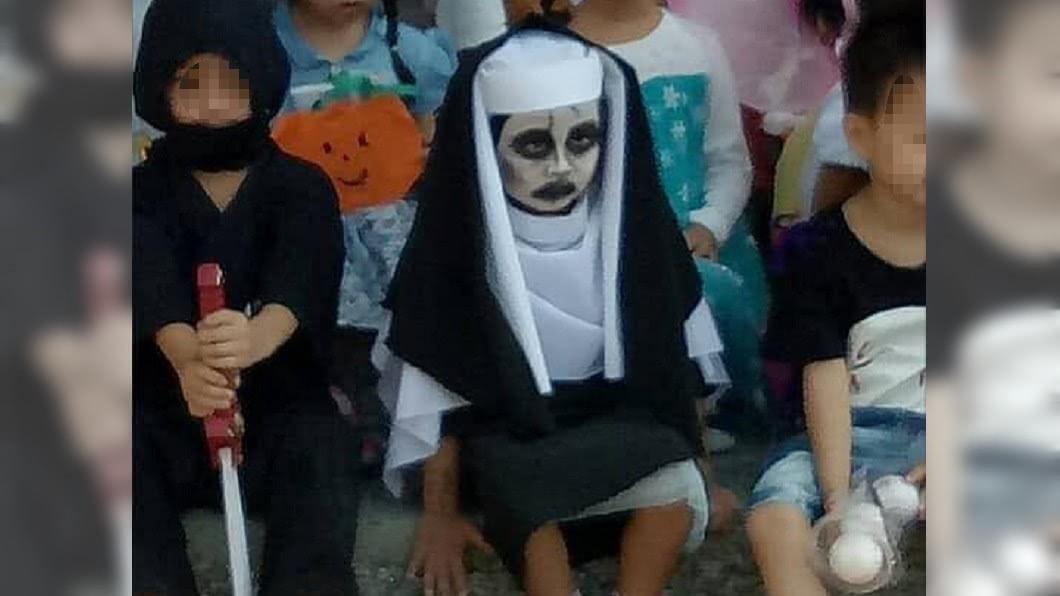 女兒扮成鬼修女,逼真到沒人敢靠近。圖/翻攝自爆廢公社臉書 女兒萬聖節扮鬼修女 「怨念太深」嚇到同學不敢靠近