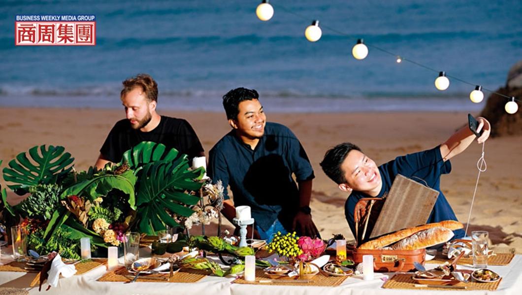 在沙灘上享用在地食材做的餐點,無論視覺、味覺、嗅覺都能獲得滿足。圖/商業周刊 【商周】海邊的大地餐桌
