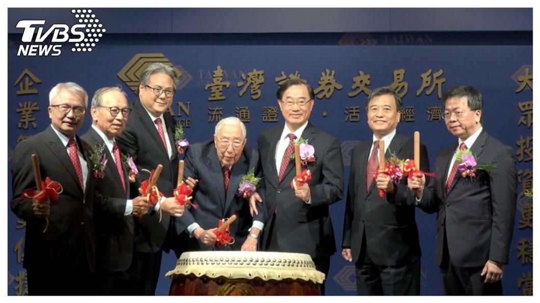 創立超過上百年的上海商銀(5876) 首次IPO,具有傳奇色彩的榮氏家族難得三代同堂,19日在證交所公開現身,96歲的董事長榮鴻慶(中)在兒子榮智權(董事)、孫子榮康信(左三)共同陪伴下,為正式掛牌擊下第一聲鼓,精神十足。   圖/上海商銀